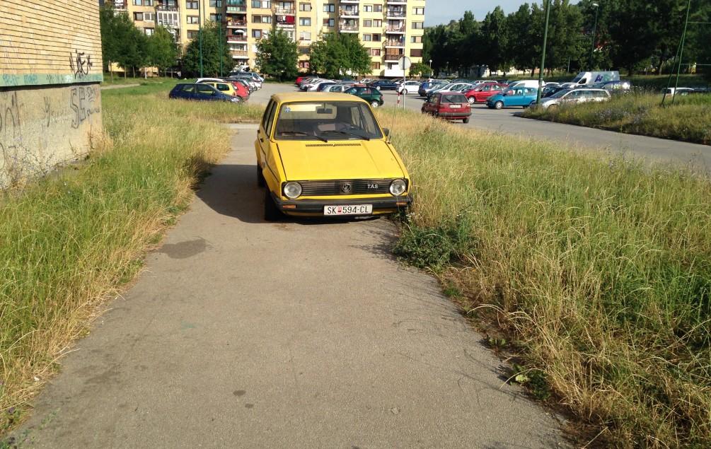 MISTERIJA ŽUTOG GOLFA: Auto makedonskih registarskih oznaka i izbušenih guma mjesecima parkirano na trotoaru i niko ne reaguje