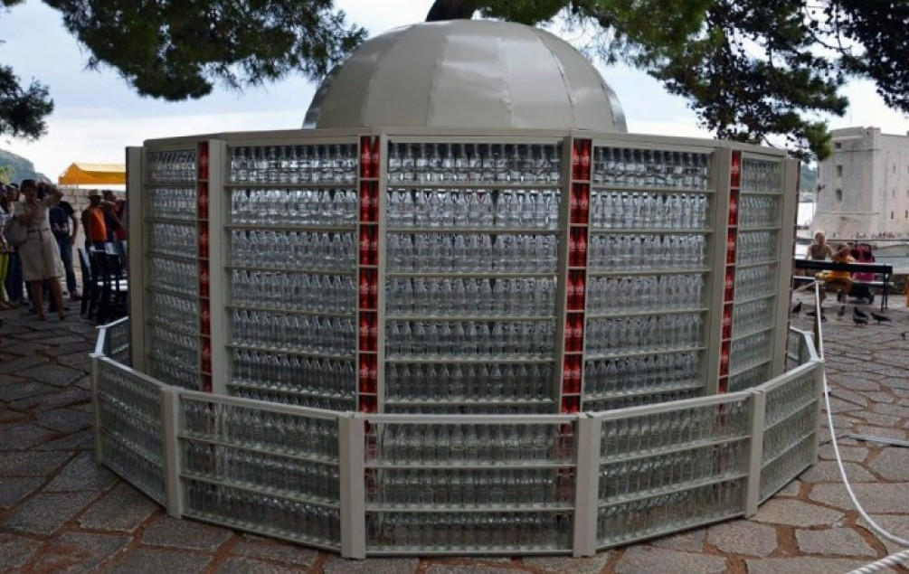 Otkrivena replika Velike Onofrijeve fontane sačinjena od 2500 boca Coca- Cole