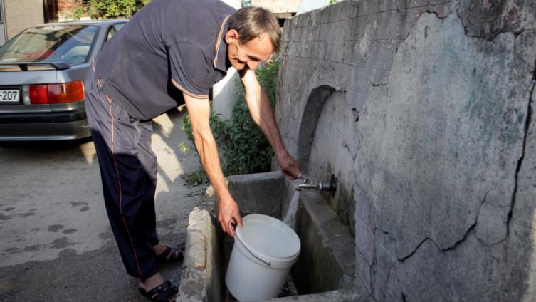 U Hrasnici mještani vodu sipaju na javnoj česmi