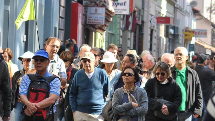 Turistički vodiči daju savjete turistima i organizirano ih vode u obilazak našeg grada