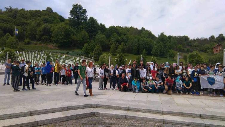 Velik je i broj samoorganiziranih grupa koje svakodnevno stignu u Potočare