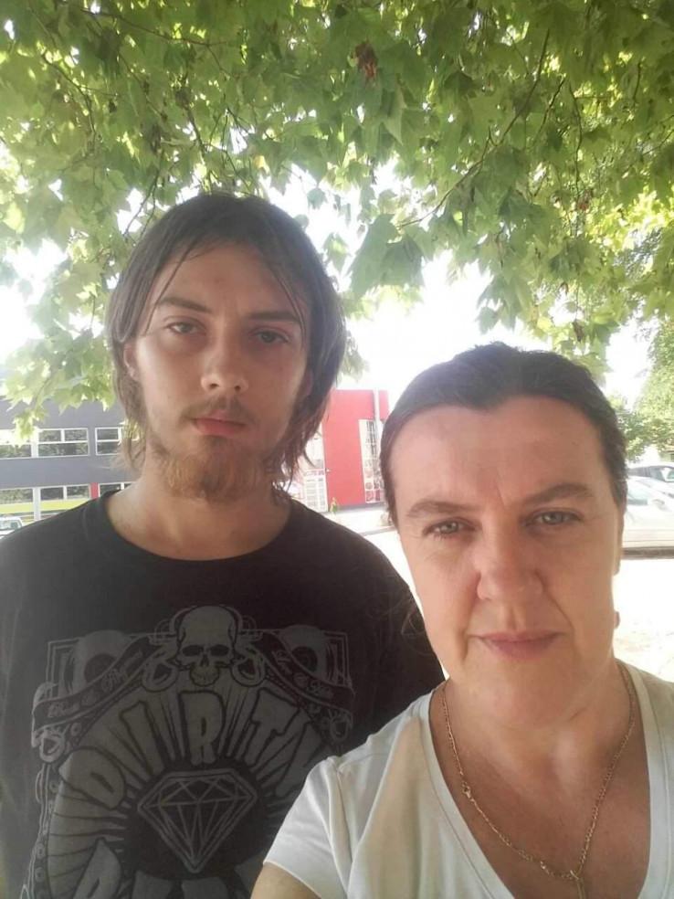 Bogdan s majkom pred dobojskom bolnicom