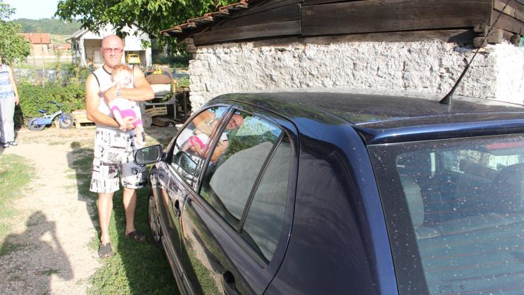 Selmir sa kcerkicom u naručju pored poklonjenog automobila (Foto: H.Čalić)
