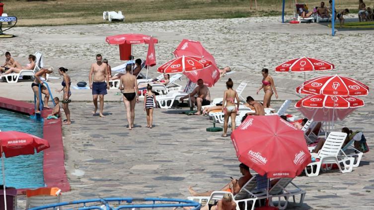 Posjetioci uživaju na bazenima (Foto: J. Hadžić)