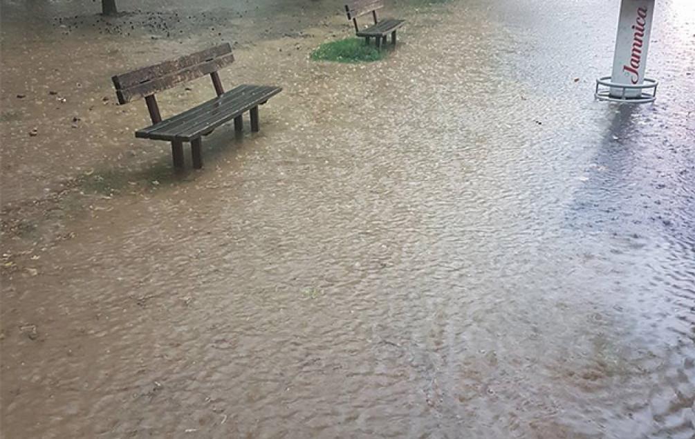 Nevrijeme u Zagrebu: Pljušti i grmi, poplavljene ulice