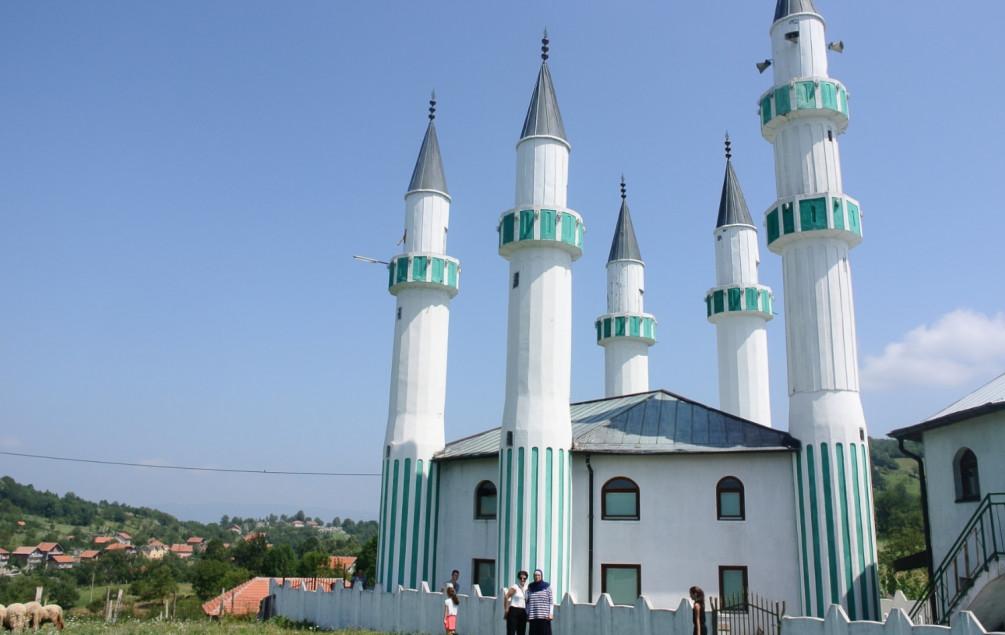 Zvornik | Nesvakidašnji vjerski objekt privlači veliki broj posjetilaca: Džamija sa pet munara na Kula Gradu svjedok istrajnosti njenog graditelja