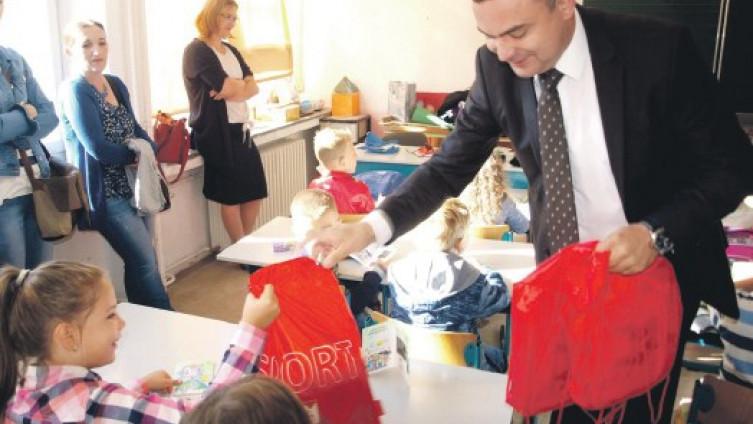 Načelnik Klisura podijelio školski pribor i slatkiše