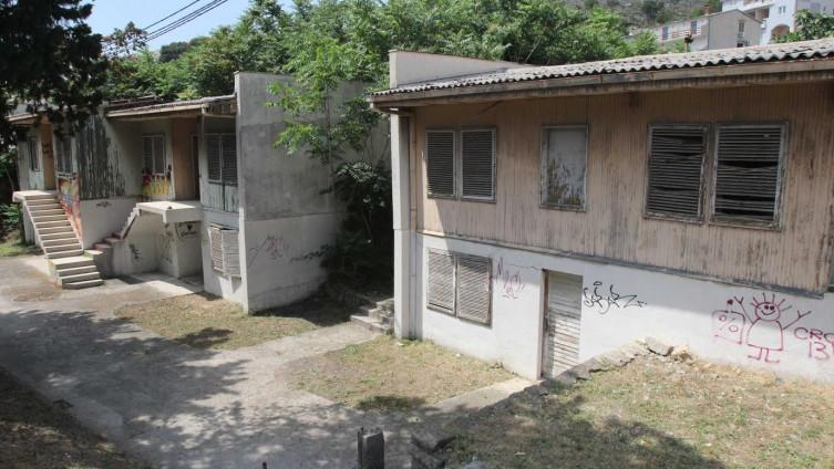 Odmaralište je udaljeno tri kilometra od centra općine Omiš