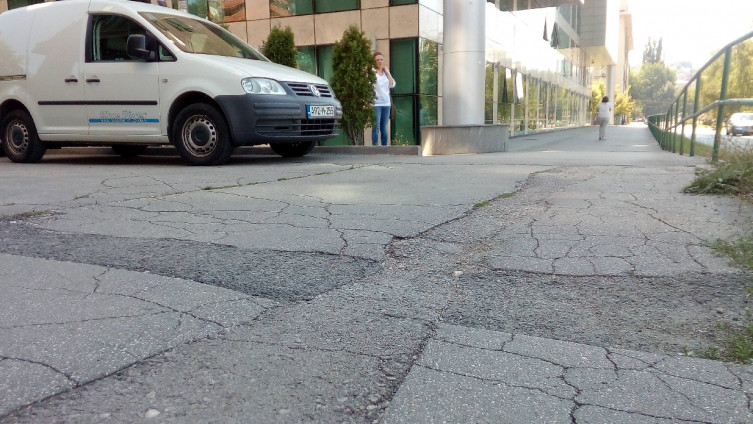Tragovi krpljenja trotoara