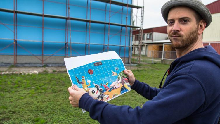 Begić s nacrtom murala koji će oslikati na zidu škole