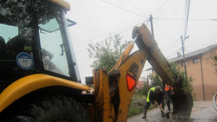 Radnici čekićima lupaju asfalt