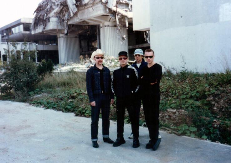 """Bono Voks sa članovima benda U2 ispred ruševina grada gdje je danas hotel """"Radon Plaza"""""""