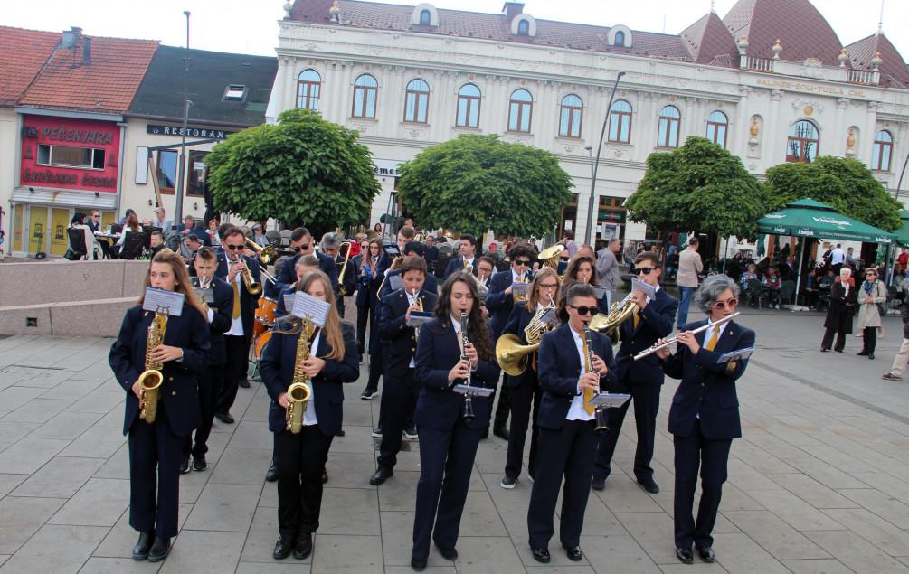 Tuzla: Koncert Gradskog orkestra Stolac na Trgu slobode
