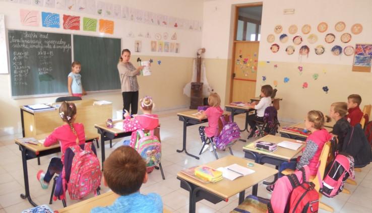 U čošku učionice je peć na loženje