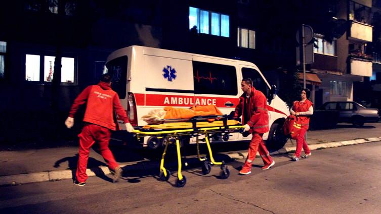 Ekipa Hitne prevezla staricu u bolnicu (Foto: J. Hadžić)