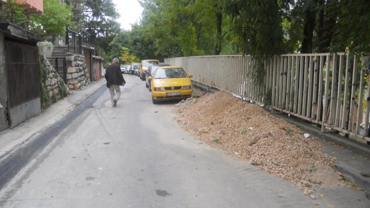 Osim ceste uzurpiran i trotoar