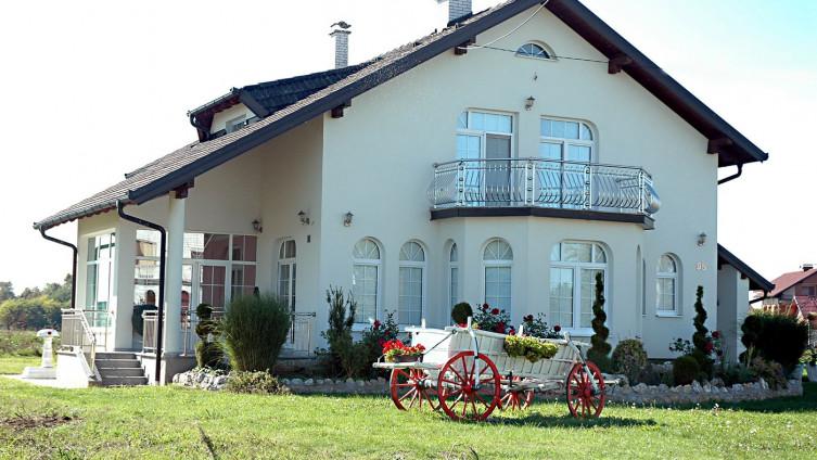 Veleljepne kuće mještana Karavlaha, koje su najčešće prazne, jer njihovi vlasnici rade u inozemstvu, a najviše ih se sraksilo u Švedskoj