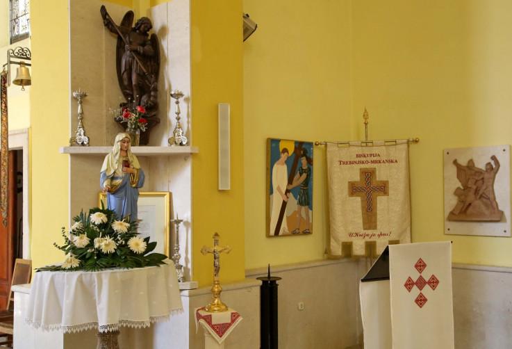 Brojni detalji krase unutrašnjost katedrale, a na prozorima su vitraži koje su poklonile trebinjske katoličke porodice