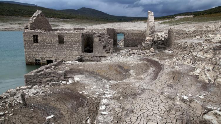 Ostaci kuća koje su potopljene prije pola stoljeća