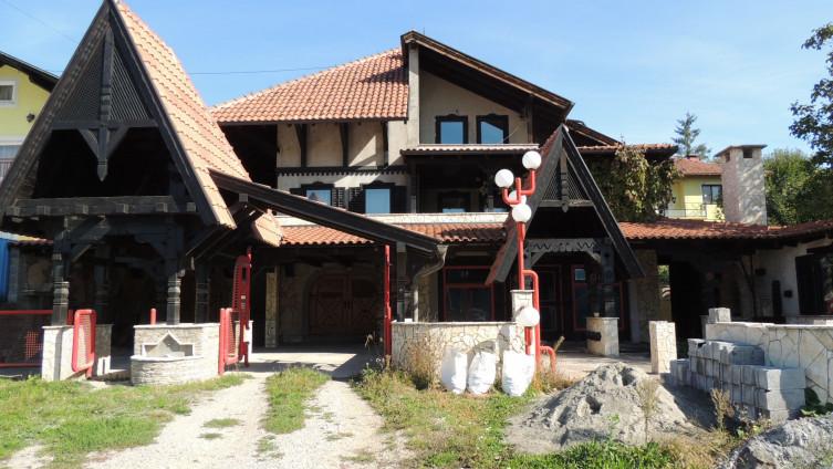 Kuća se nalazi pored magistralnog puta