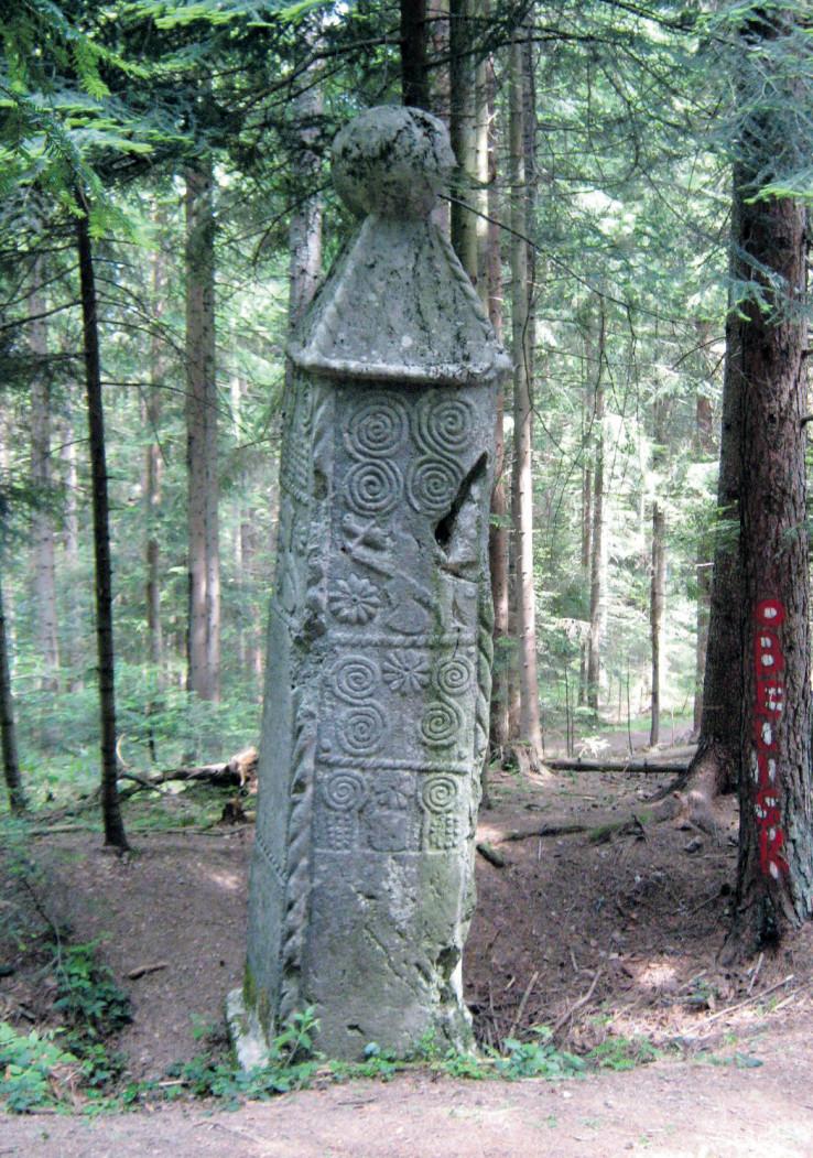 Obelisk je nakrivljen šezdesetih godina prošlog stoljeća zbog pokušaja da se otkopa, a restauratori su ga ovih dana ispravili