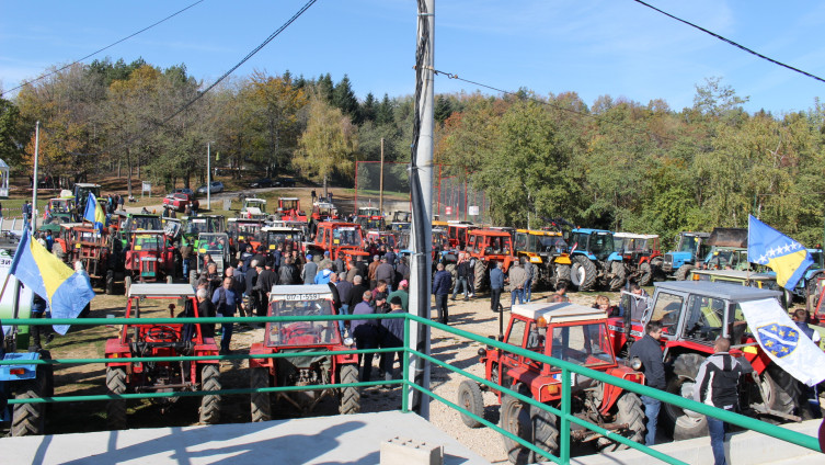 """Poslije teške godine, traktoristi na""""zimski odmor"""" (Foto: A. Čalić/ Avaz.ba)"""