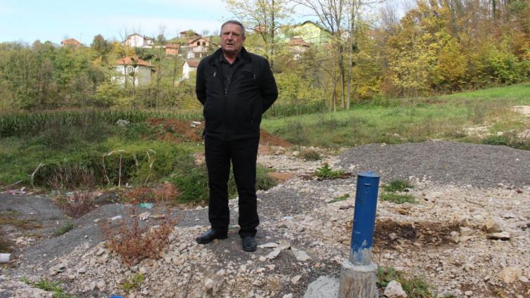 Hasić pored bušotine u Malešićima koja nije zadovoljila količinom vode