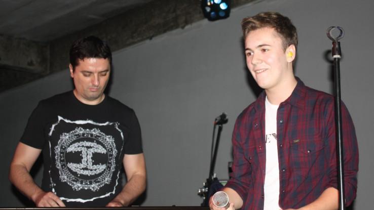 Menil pjevao uz pratnju muzičara Mirse koji svira i kada pjeva Šaban Šaulić