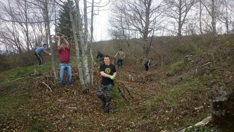 """Sa jedne od ranijih akcija čišćenja lokaliteta koju su organizirali članovi Udruženja """"Stari grad Kaštel"""""""