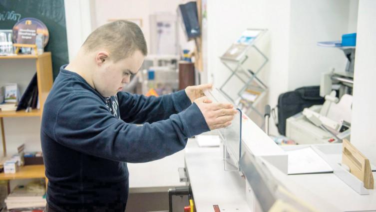 """U štampariji """"3DownPrint"""" desetak mladih s Down sindromom ima praksu i simboličnu naknadu (Foto: A. Kuburović)"""