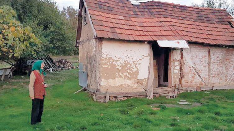 Starica Vidosava ispred trošne kuće u kojoj je živjela