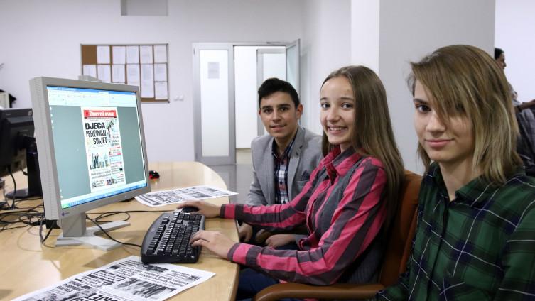 Đaci za vrijeme izrade prve stranice novine  (Foto: A. Durgut/ Avaz.ba)