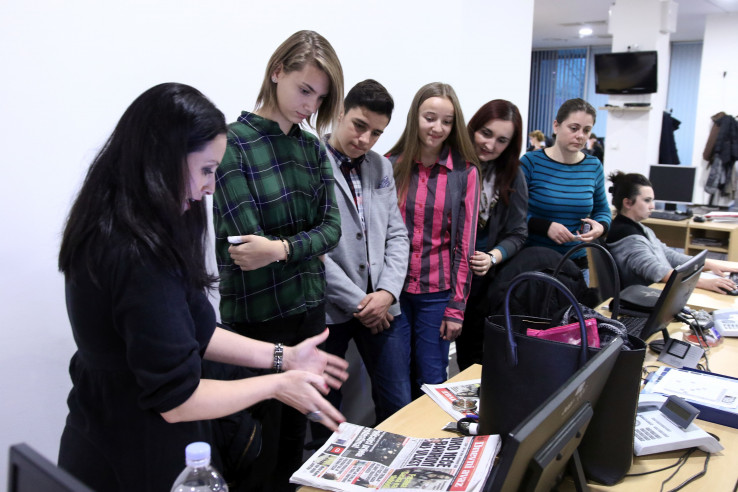 Učenici pripremaju materijal za novinu s našom urednicom (Foto: A. Durgut/ Avaz.ba)