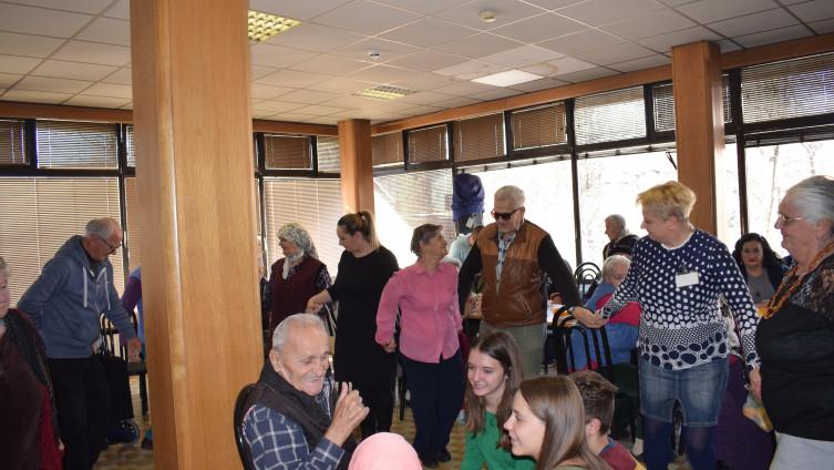 Posjeta Gerontološkom centru: Druženje učenika i korisnika