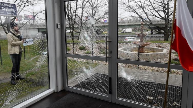 UČESTALI NAPADI U POSLJEDNJIH PET GODINA: Policija traga za razbojnicima koji su polupali prozore na muslimanskom kulturnom centru u Varšavi