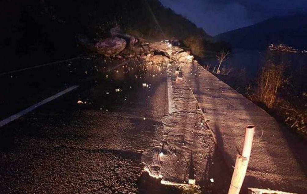 Obrušio se dio brda na putu Kotor-Risan, obustavljen saobraćaj