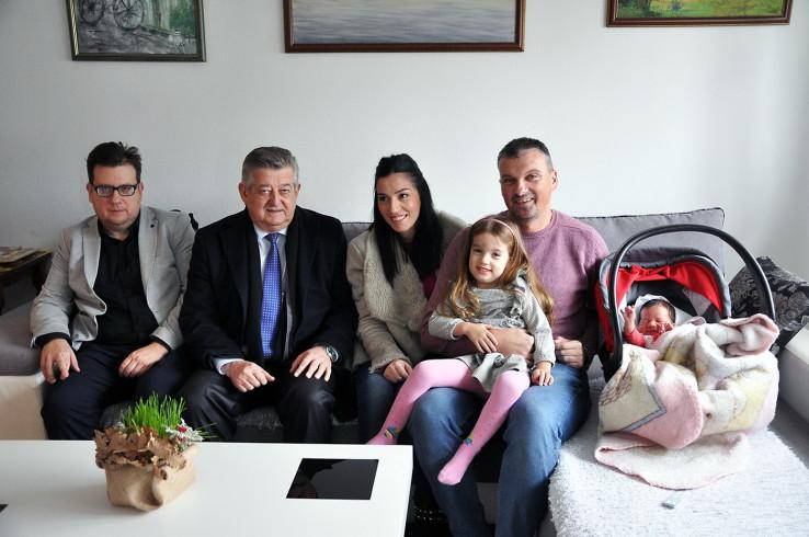 Gradonačelnik sa sretnim roditeljima