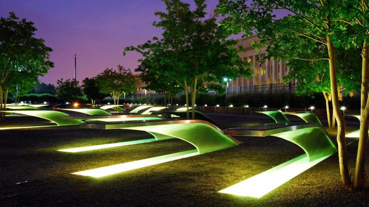 Osvijetljene klupe dio su spomenika žrtvama terorističkog napada na Pentagon