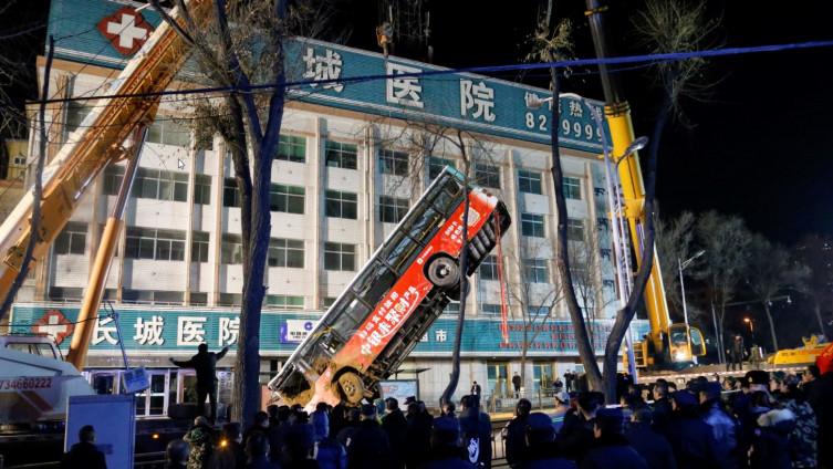 Stravična nesreća u Kini: Na cesti se otvorila rupa i progutala autobus, šest osoba poginulo