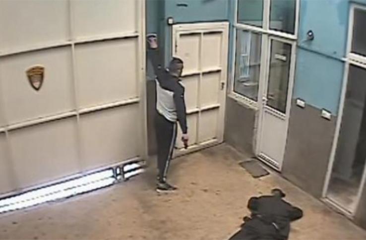 Sejfović u ruci drži pištolj i otvara vrata zatvora