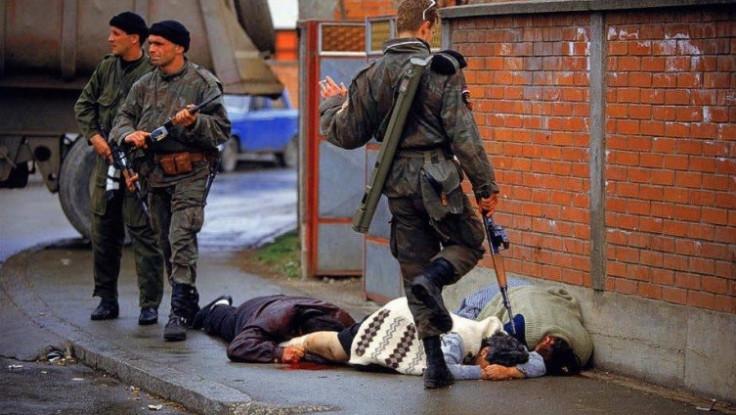 Fotografija Rona Haviva na kojoj se vide arkanovci pored ubijenih civila u Bijeljini
