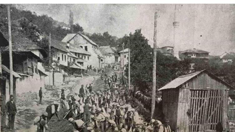 Stanovništvo pomaže u gradnji ceste  ispod Višegradske kapije