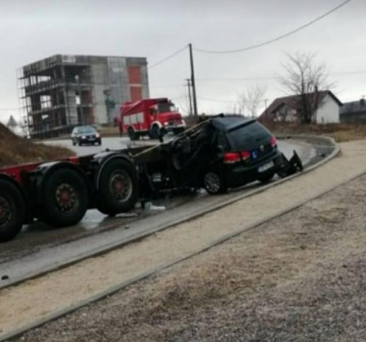 Smrskano vozilo na mjestu nesreće