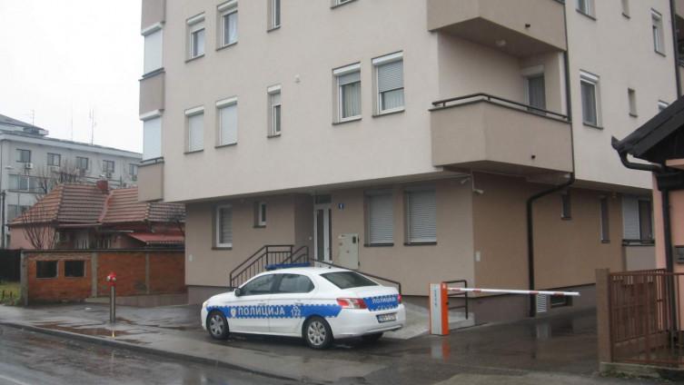 Policijska patrola ispred zgrade u kojoj živi starica