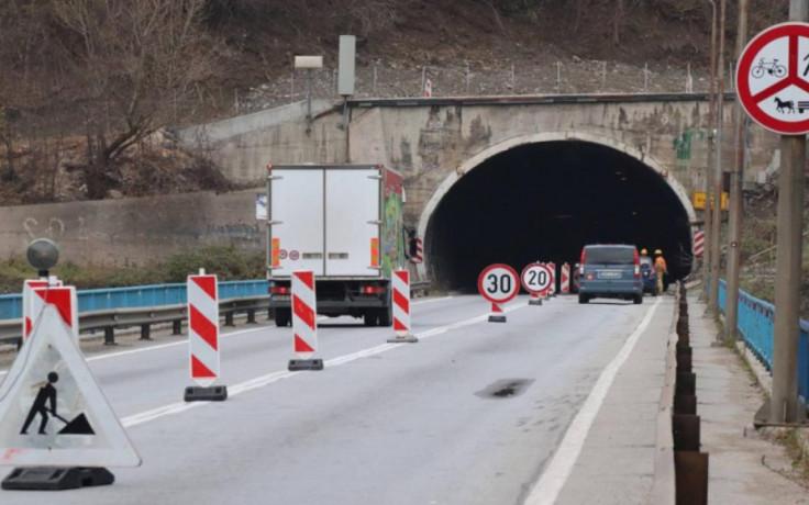 Kroz tunel Vranduk, tokom dana saobraća se dvosmjerno