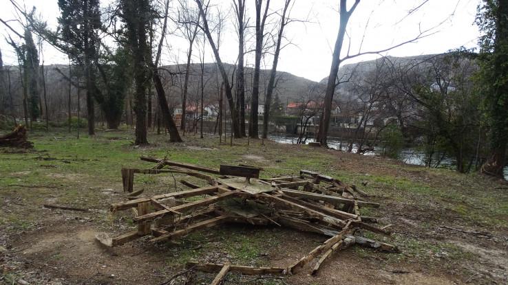 Staro kolo izvučeno iz rijeke