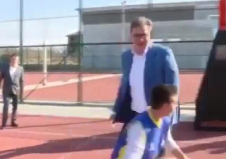 """Vučić """"zalijepio bananu"""" dječaku"""