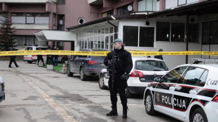 Policajci naoružani dugim cijevima