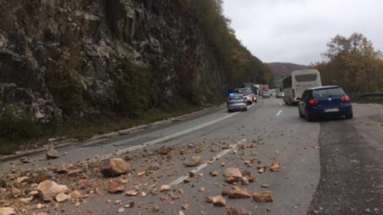 Zbog većeg odrona obustavljen je saobraćaj na magistralnom putu Jajce-Crna Rijeka