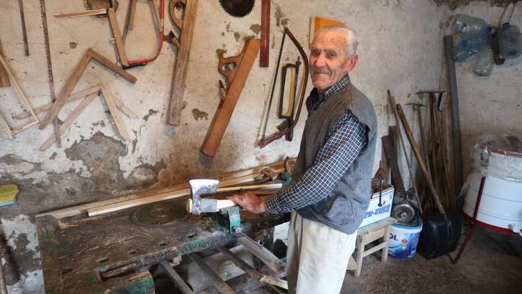 Ademović u stolarskoj radionici, koja mu je, kaže, sve u životu